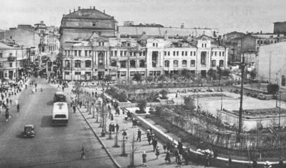 Сквер на месте разрушенного бомбёжкой и снесённого здания бывшего пассажа Солодовникова на Кузнецком мосту.