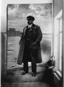 """Бродский перед своим полотном """"Ленин на фоне Волховстроя"""". 1927 год"""