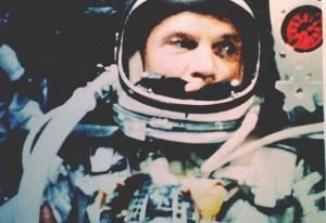 20 февраля 1962 года Джон Гленн стал первым американцем, который вышел на орбиту Земли. Его сфотографировали в космической капсуле «Friendship 7 Mercury» на пленку Kodak 35 мм.