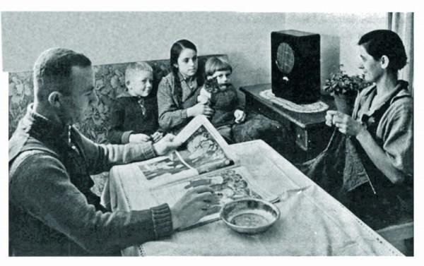 Немецкая семья у радиоприёмника