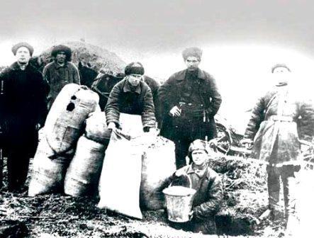 Члены РабКрИна изымают хлеб у кулаков