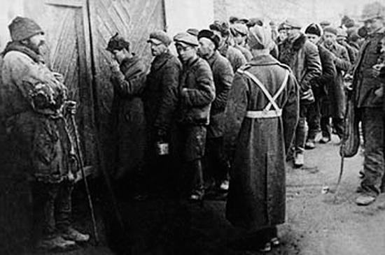 Поляки и евреи - заключенные лагерей записываются в