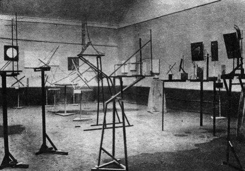 Зал с пространственными конструкциями К. Иогансона, К. Медунецкого, А. Родченко и других конструктивистов