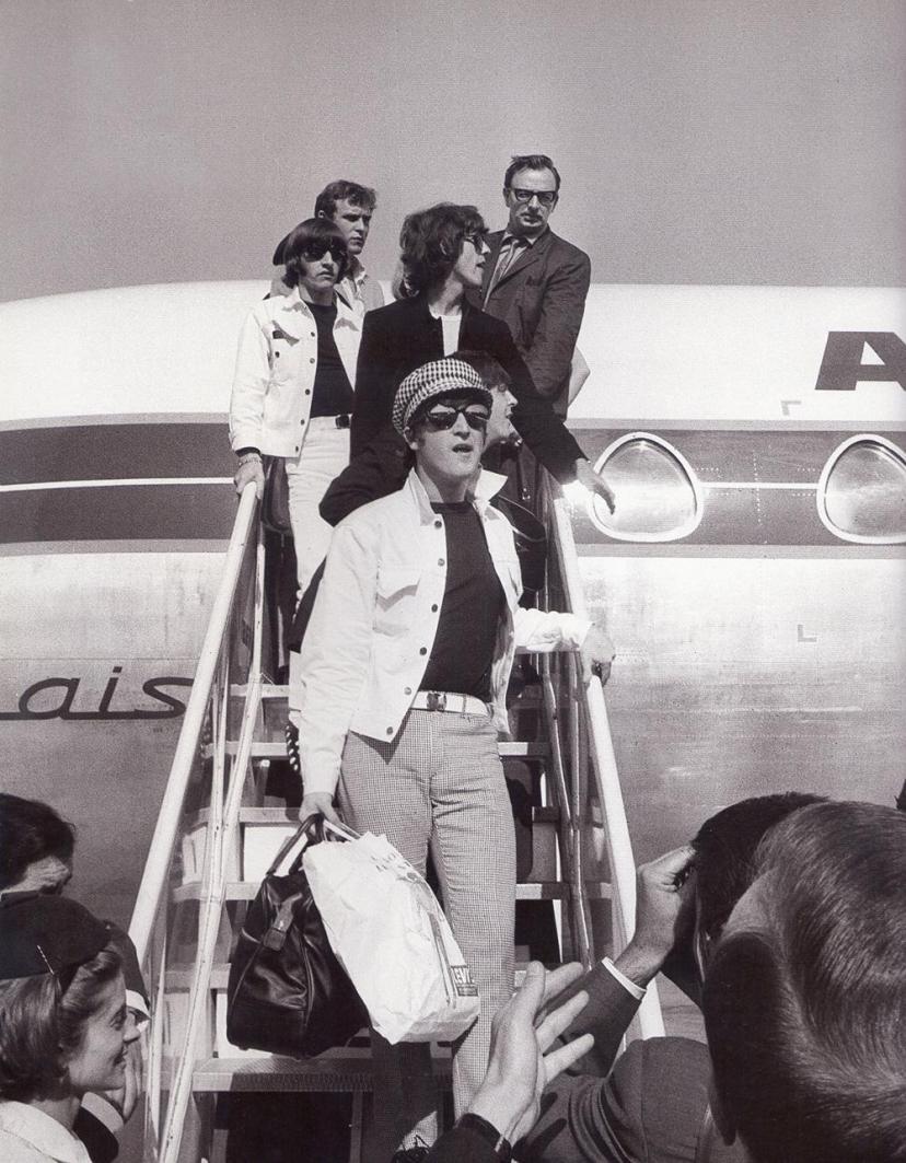 Лето 1965 года. Группа Битлз прибывает в аэропорт Барахас в Мадриде.