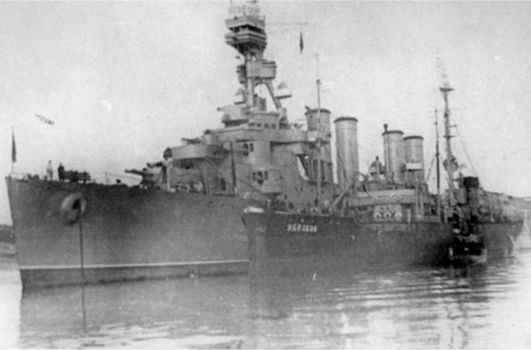 Танкер «Желябов» у борта крейсера «Мурманск»