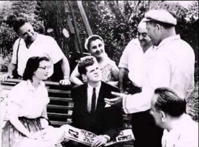 Сергей Бабов (в центре, в темном пиджаке)