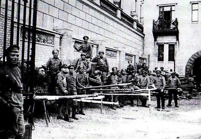 Самокатчики во дворе особняка Кшесинской. Июль 1917 года