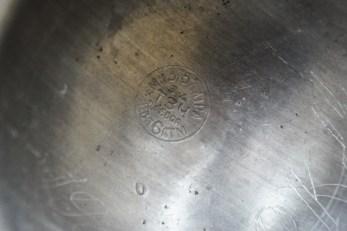 Донышко сифона. Клеймо с заводской маркировкой. Нацарапано острым предметом: «1962 г.» и «РКД».