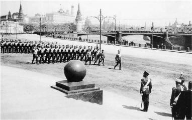 Парад войск, снятый непосредственно из-за спины Императора