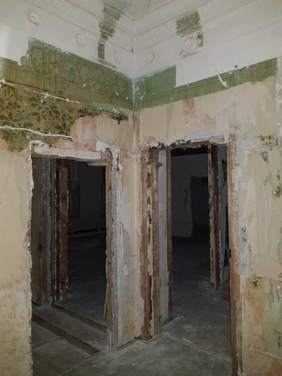 На стенах в наши дни видны остатки изысканной росписи.
