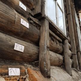 На фото хорошо видна береста, которой Ермолов проложил старые бревна в местах, где они соприкасались с кирпичной кладкой.
