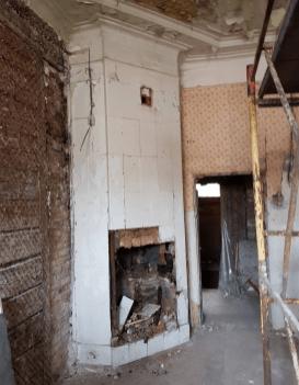 Старинная печь (камин) забитая строительным мусором.