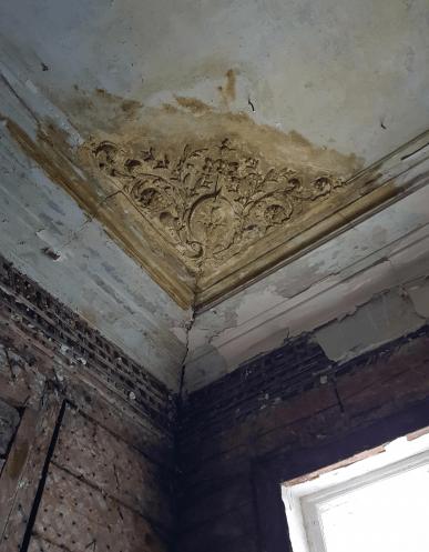 Остатки былой лепнины в углах потолка. Наследие крестьян Гордеевых?