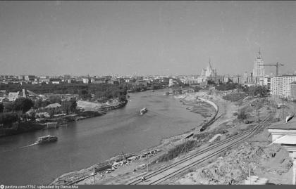 Набережная Тараса Шевченко в 1960-е годы и железнодорожная ветка на Бадаевский пивзавод. На другом берегу Москва-реки видны старые каменоломни (сейчас здесь башня Империя Москва-Сити).