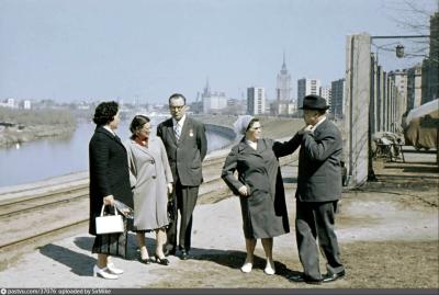 Набережная Тараса Шевченко в 1970-е годы, позади всё того же дома №26. За спинами людей справа видны столбы автомобильной стоянки для машин партийной элиты. Стоянка эта существует и по сей день - правда, уже без бетонной ограды.