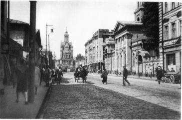 Церковь Троицы на Грязех (справа). Впреди - снесенная в 1936 году Церковь Успения на Покровке