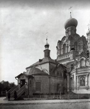 Храм Трифона в Напрудном до взрыва в 1930-е годы. После взрыва уцелел лишь древний придел, изображённый на переднем плане.