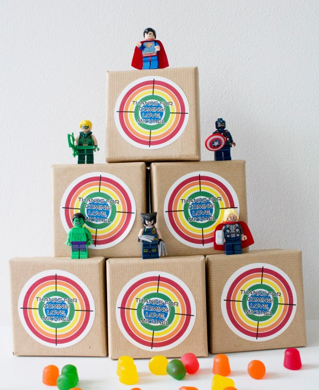 Party-going-home-gifts-super-heroes-photo-by-Geraldine-Tan-Little-Big-Bell