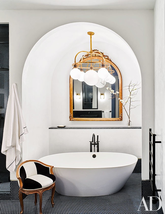 AD Black and White Bath Tub