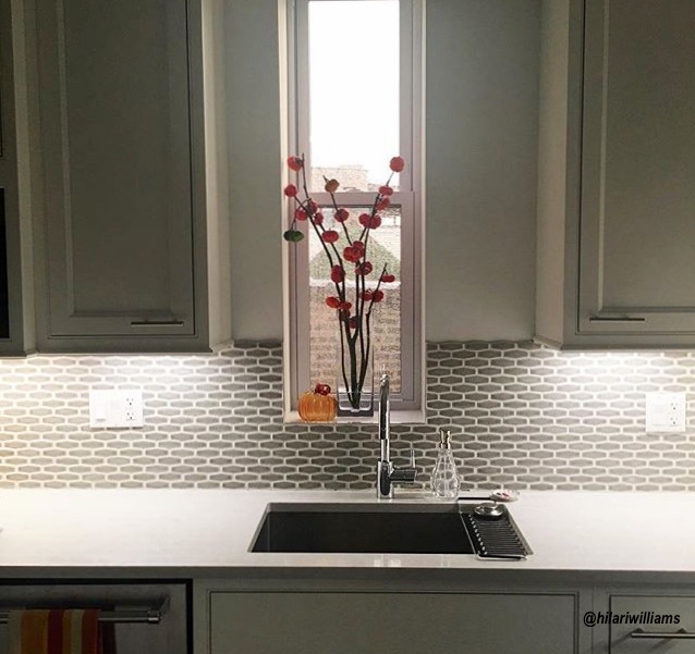 Simple has impact! Look at this wonderful example in @hilariwillams kitchen. A single pumpkin and a vase of red flowers!