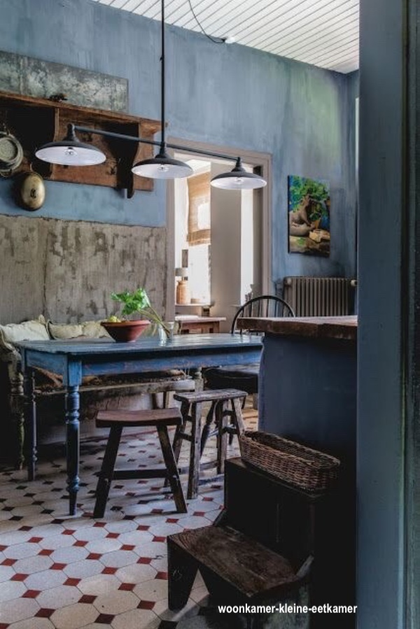 woonkamer-kleine-eetkamer- euro kitchen-dusty blue walls-red diamond patterned floor