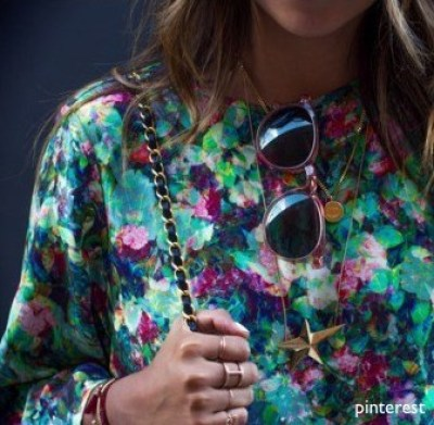 sincerely-jules- floral blouse-sunglasses- chain purse