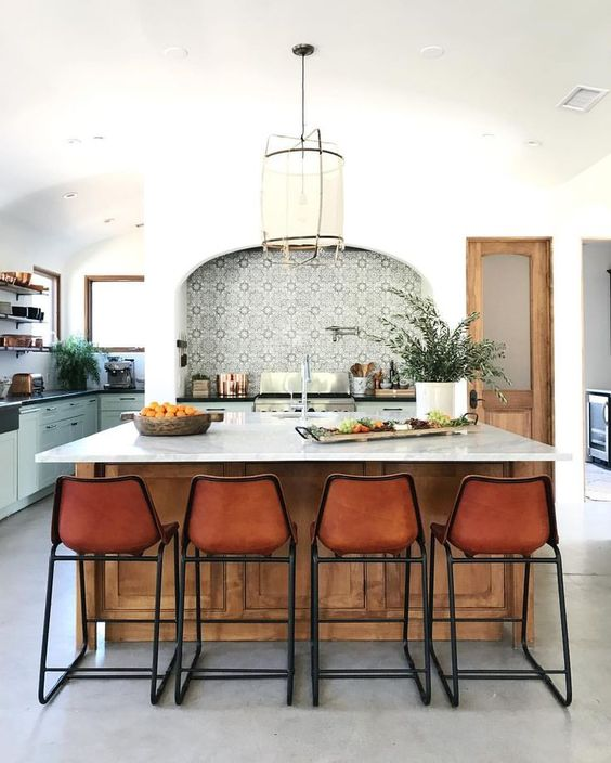 amy-batlam-california-kicthen-leather-barstools