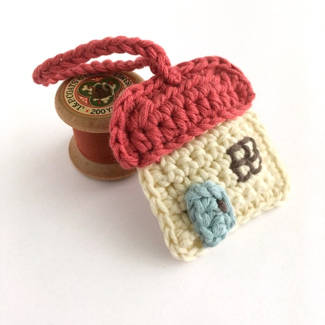 Crochet pattern for a key ring in the shape of a cottage