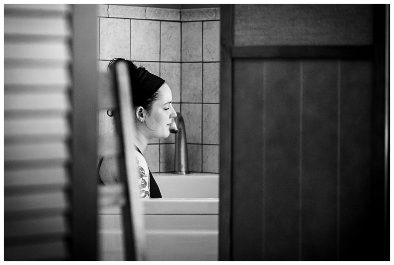 Couple laboring in tub at the Bellingham Birth Center. Little Earthling Photography.