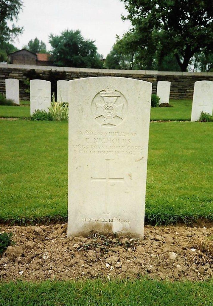 Photo of grave of Ernest Nicholes