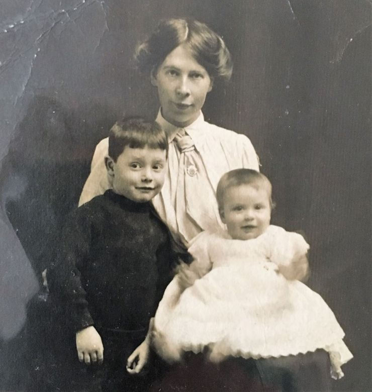 Photo of Edward Saunders' wife Ellen, with children Alec and Edna