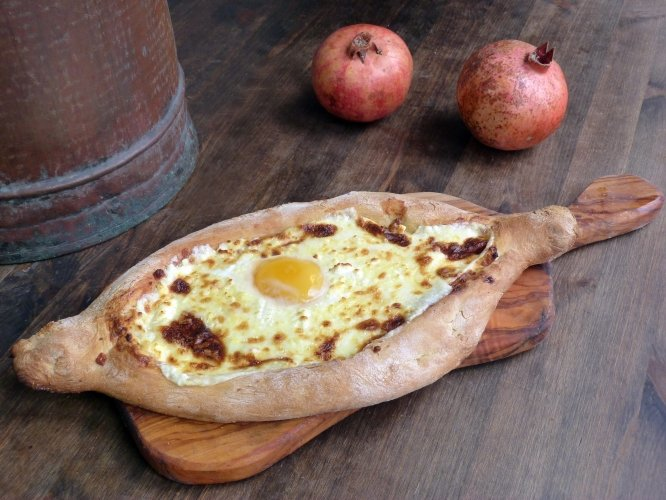 Dough-boat-with-cheese-egg-Adjaruli-2