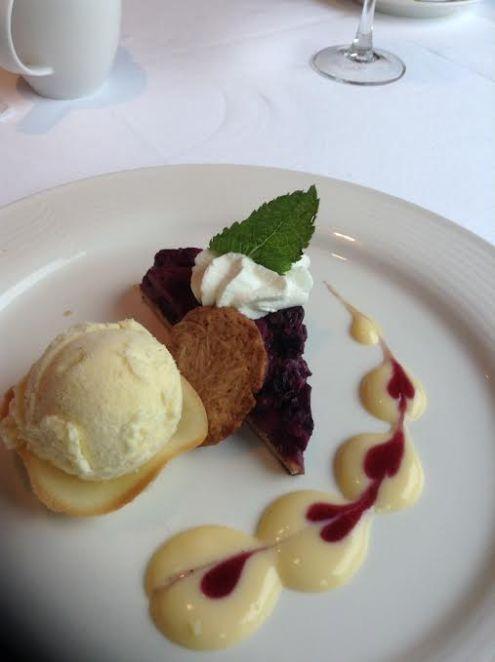 "Tarte aux Mirtilles sauce Eggnog et Biscuit Crocant: Blueberry pie with eggnog sauce and ""Kletskop"""