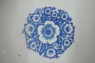 Тарелка фаянсовая с надписью: «Мособщепит» и голубым узором. Изготовлена в 1970-х годах на «Конаковском фаянсовом заводе имени Калинина» (ЗиК). Диаметр 24,4 см.