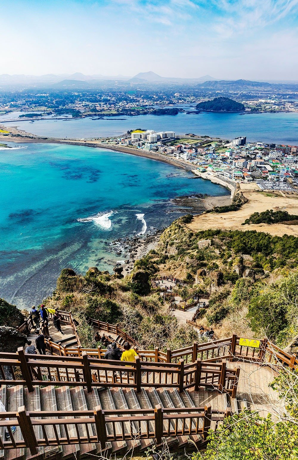 Views like this is what a holiday in Jeju is all about. From beautiful beaches to floral fields to stunning peaks, there's a lot to see and do in South Korea's favorite holiday island. Plan your trip quick and easy – here's where to stay in Jeju.