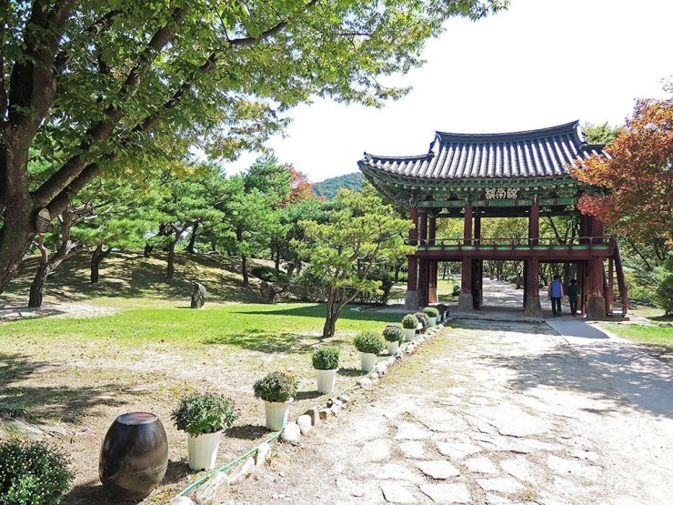 One of our stops during our South Korea road trip was the Cheongpung Cultural Heritage Complex - a sprawling garden set on a ridge, with views of the Chungju Lake and neighboring countryside below. There were several beautiful pavilions and a recreation of a traditional Korean folk village where several mini-TV series were filmed.