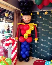 english-guard-balloon-sculpture-display