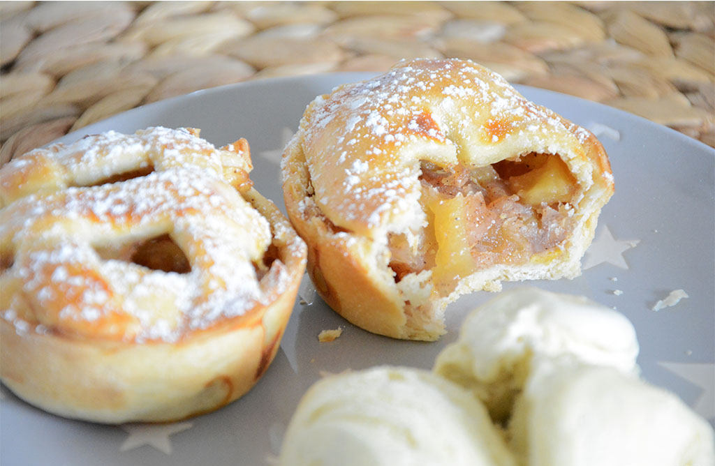 Recette simple, rapide et gourmande de mini apple pies aux pommes et à la cannelle. Idéal en dessert avec une glace vanille