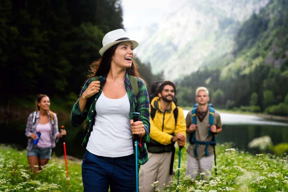 Recette simple et gourmande d'un dessert, une tarte rustique aux cerises avec une pâte brisée sans beurre