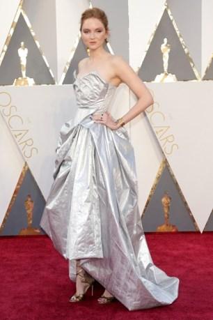 Lily-Cole-Oscars-2016-Red-Carpet-Vogue-28Feb16-Rex_b_426x639