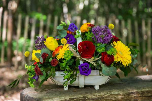 Little-Tin-Shed-Funeral-flowers-Essex-sympathy-basket-tribute