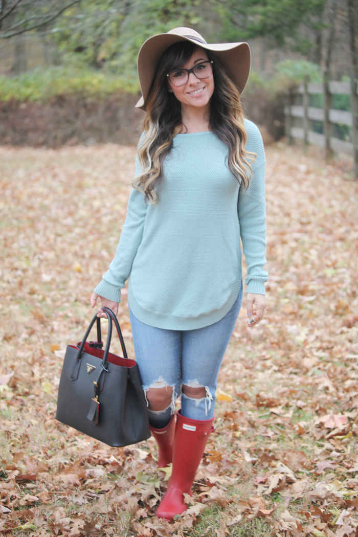 Blue jeans, soft sweaters, and red Hunter Boots. Check out how fashion, lifestyle, and beauty blogger Little Tree Vintage styles this outfit.