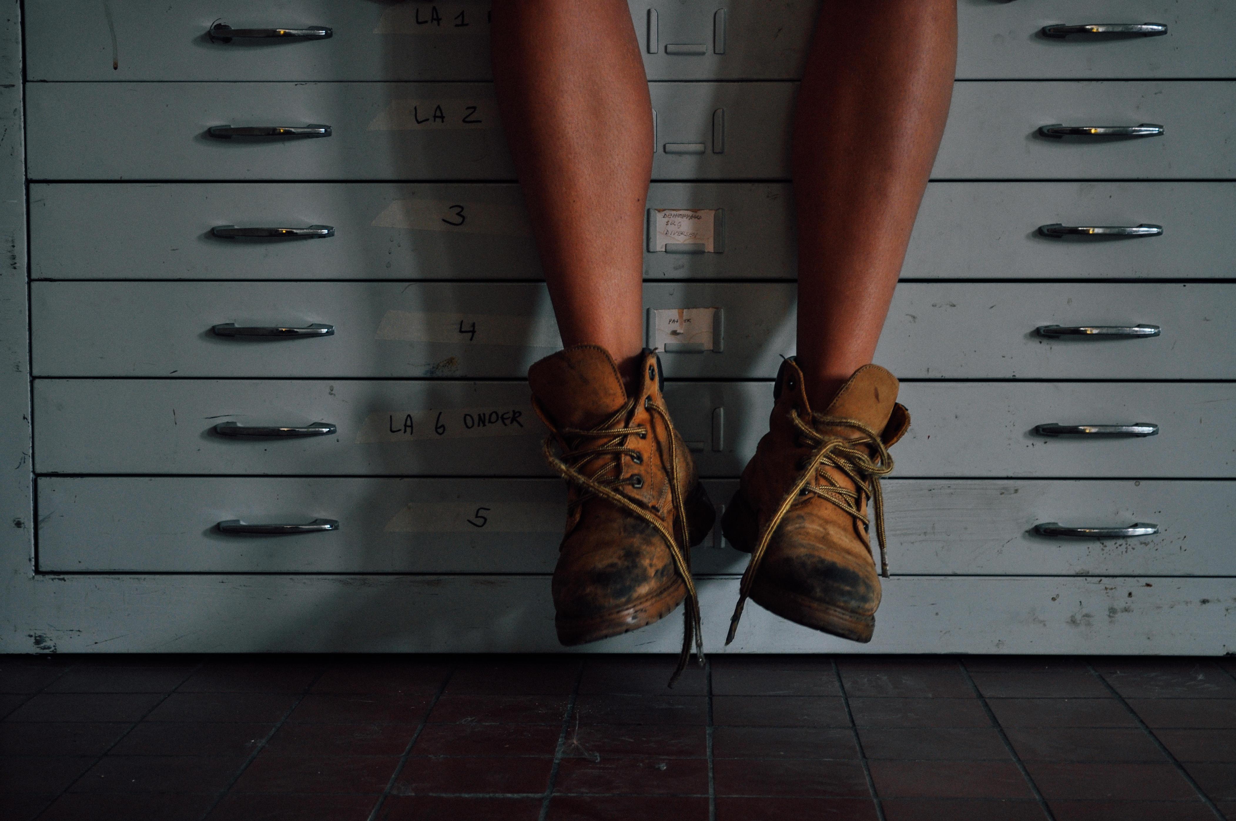 Reality TV Superstar Ties Her Shoe