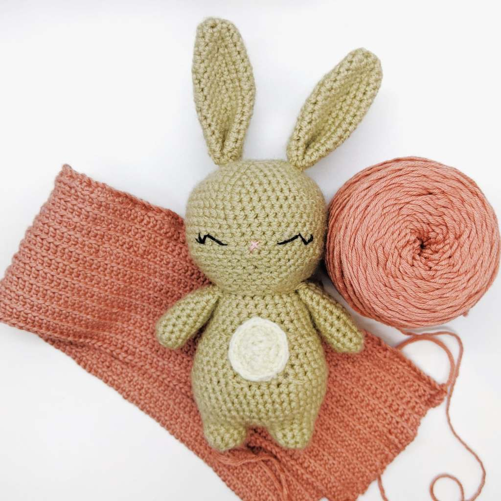 picture of the easy crochet bunny in a free pattern
