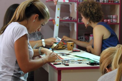 Paper bead making taught in the North Mitrovica