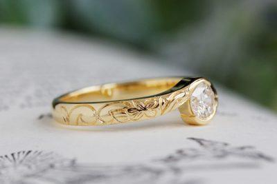 ハワイアンジュエリー彫り柄エンゲージリング(サプライズ婚約指輪)