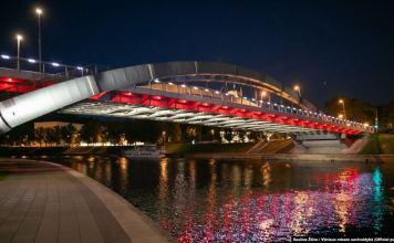 Un pod din Vilnius în culorile drapelului istoric al Belarusului, drapel cu care ies la demonstrații bielorușii. 10 august 2020
