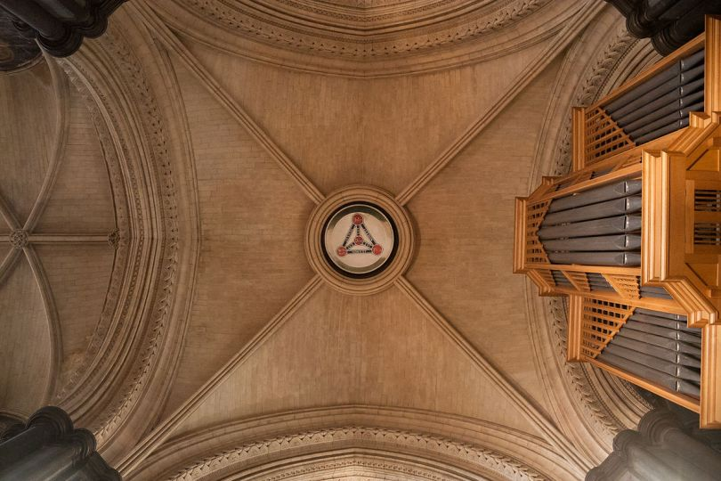 Dublin_Christ_Church_Cathedral_Choir_Tower_Crossing_Vault_and_Shield_of_the_Trinity_2012_09_26