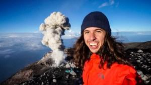 В Индонезия  вулканът Семеру изхвърли стълб от пепел