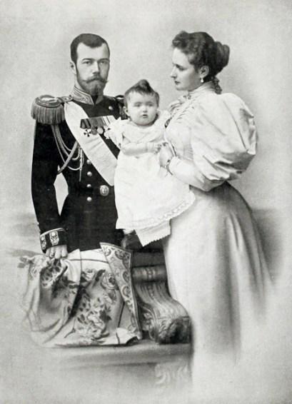 Император-Николай-II-с-императрицей-Александрой-Федоровной-и-дочерью-Ольгой-1896-год.